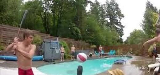 Молодые парни устроили баскетбол в бассейне, и у них это явно круто получилось - вот так должна выглядеть дружная команда.
