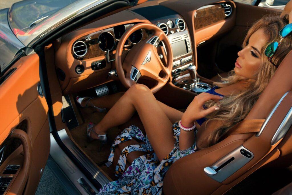 блондинка-сидит-за-рулём-дорогого-автомобиля