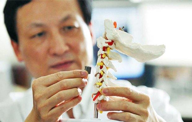 В Китае, впервые имплантировали искусственный позвоночник, пациентом стал 12-летний мальчик, который болеет раком спинного мозга.