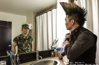 Известный фотограф Devin Mitchell придумал очень оригинальный проект - жизнь солдата, на службе и по гражданке. Образы одного и того же человека в форме очень отличаются в повседневной жизни и при исполнении.