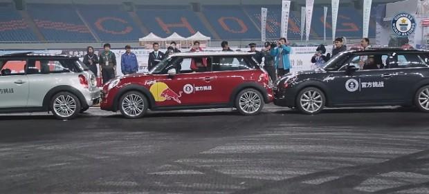 На чемпионате Китая по дрифтингу, китаец Хань Юэ установил новый рекорд Гиннеса по параллельной парковке.