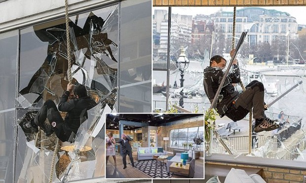 """В программе """"Миссия выжить"""" у Beara Gryllsa было очень эффектное появление. Он приплыл по реке Темза, затем поднялся на веревке, и с размаху разбивая окно"""