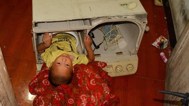 В Китае маленькую девочку спасли от стиральной машины, в которой малышка застряла из-за своего любопытства.