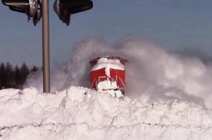 Никогда даже не задумывался, как может ехать поезд сквозь снег, пока не посмотрел данный ролик.